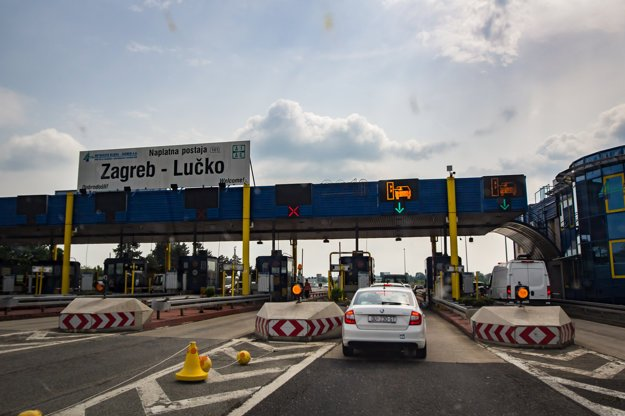 Keď prichádzate k mýtnej bráne, vyberajte si pruh, kde sa platí výhradne kartou. ENC označuje chorvátsky systém elektronického mýta, ktorý môžu po zakúpení paubnej jednotky využívať aj osobné autá.