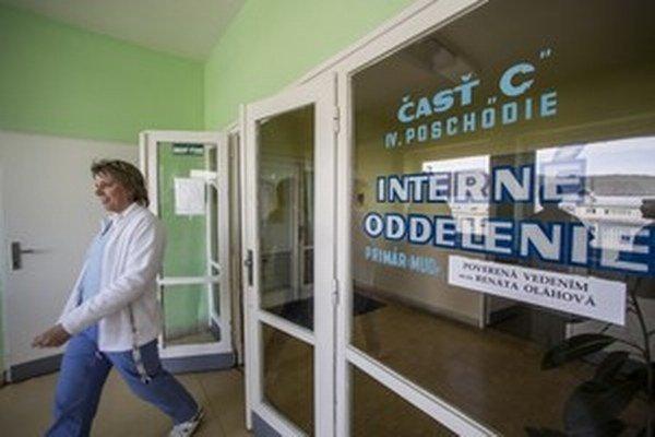 V prípade odchodu všetkých lekárov vo výpovednej lehote by na internom oddelení  museli slúžiť aj doktori z iných oddelení.