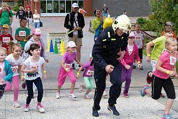 Menší bežci bežali za hasičom, ten určoval smer.