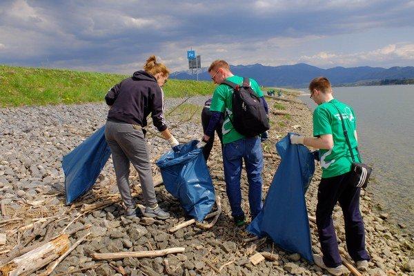 Dobrovoľníci čistia Vodné dielo Žilina.