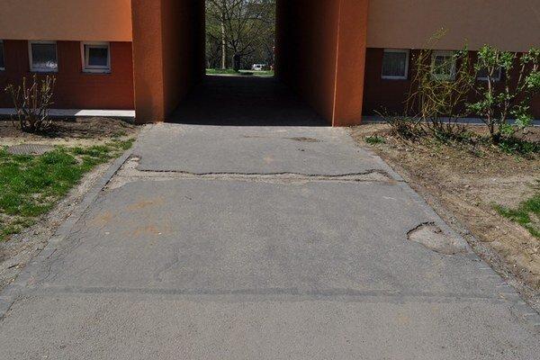 Technický stav chodníka na Vlčincoch.