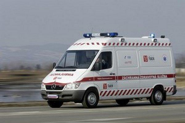 Zraneného vodiča previezli záchranári do nemocnice.