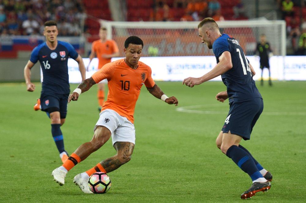 6f1bc09b128c8 Pozrite si momentky zo zápasu Slovensko - Holandsko. 18/35. Zväčšiť Všetky  fotky. Memphis Dejay (v strede), obrať sa ho snaží Milan Škriniar.