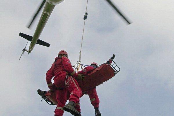 Muža previezli vrtulníkom.