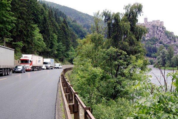 Polícia upozorňuje na nepriaznivú situáciu na ceste medzi Martinom a Žilinou.