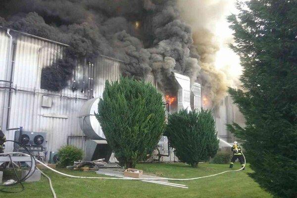 Hasiči bojujú s obrovským požiarom.