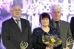 Marianna Krajčírová Némethová s ďalšími legendami košického športu - vľavo bedmintonista Jaroslav Kozák a vpravo hokejista Ján Faith.