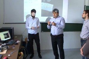 Odborný asistent Peter Kuna (druhý zľava) so študentom odboru na prípravu učiteľov pre praktickú výučbu na odborných školách.