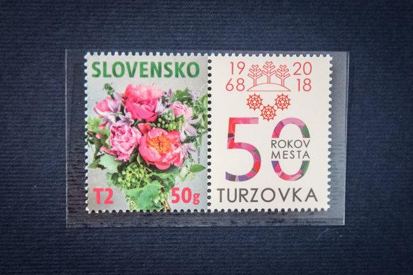 Známka vychádza spoločne s kupónom, ktorý odkazuje na 50. výročie štatútu mesta Turzovka.