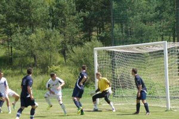 Bytča (v modrom) zdolala nielen Borčice (na snímke),ale aj Brvnište na penalty.
