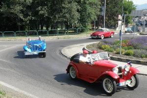 Spanilá jazda veteránov, účastníci na kruhovom objazde v Prievidzi.