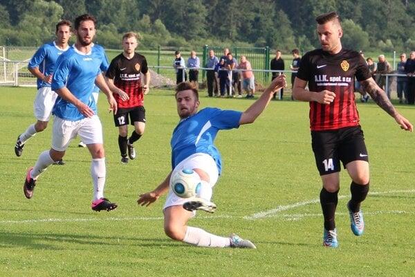 Tvrdošín (v modrom) prehral proti Bánovej gólom z 87. minúty.