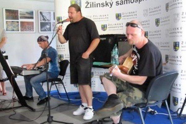 Trio vystupuje spolu na vernisážach i besedách.