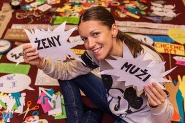 Speváčka Zuzana Smatanová pri výrobe videoklipu k piesni Ženy aj muži.