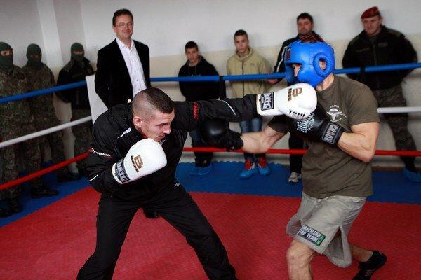 Minister obrany Martin Glváč rozhodoval boxerský zápas priamo v ringu.