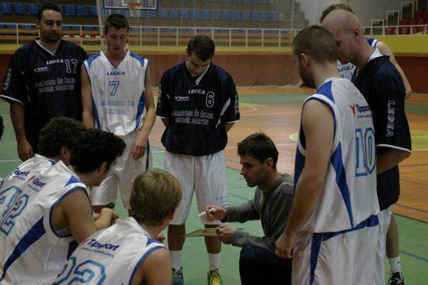 Tréner Bučák pri rozdávaní pokynov.