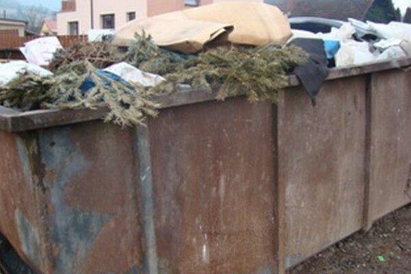 Odpad z obce zaplnil kontajner.