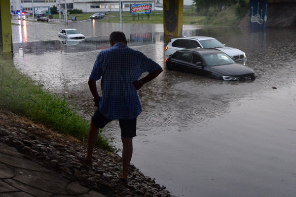 Utopené autá na zaplavenej Ružinovskej ulici v Bratislave.