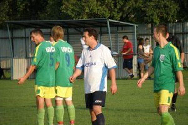 Peter Mišutka (v bielom) dal Bolešovu tri góly.