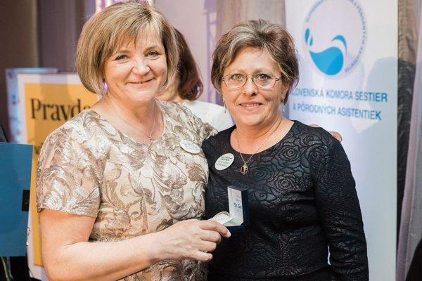 Pri preberaní ocenenia Biele srdce. Daniela Baníková-Baštigálová vpravo.