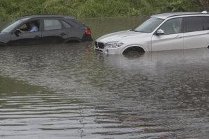 SUV autá búrku v stredu nezvládli a zaplavilo ich.