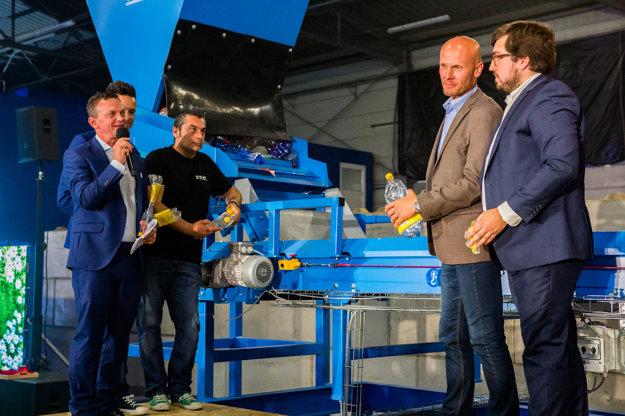 Prezentácia jedného zo strojov na automatické triedenie predseparovaného odpadu, ktoré sú zabudované v novej separačnej linke.