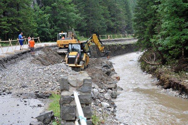 Vo Vrátnej doline neďaleko Terchovej pokračujú v odstraňovaní následkov po ničivej prívalovej povodni.