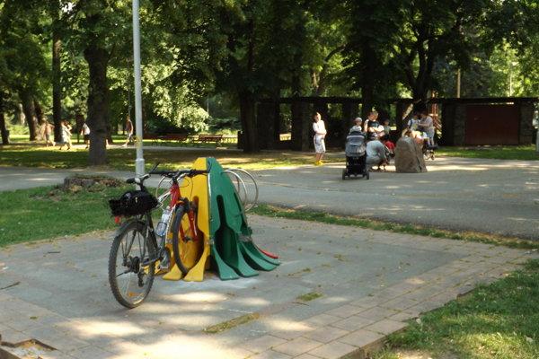 Jeden zo stojanov v parku.