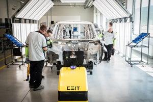 Zamestnanci nitrianskeho závodu kontrolujú karosériu Land Rover Discovery.