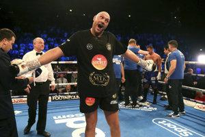 Tyson Fury po návrate do ringu oslavuje víťazstvo.
