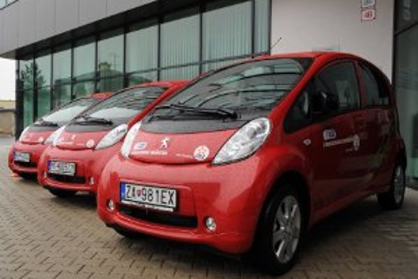 Stredoslovenská energetika, a. s. (SSE) Žilina zaraďuje do svojho vozového parku päť elektrických vozidiel, ktoré budú poháňané len elektrickou energiou.