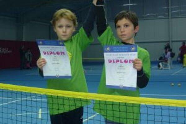 Úspešné bytčianske tenisové nádeje. Tomáš Bologa (vľavo) a Michal Čurlej.