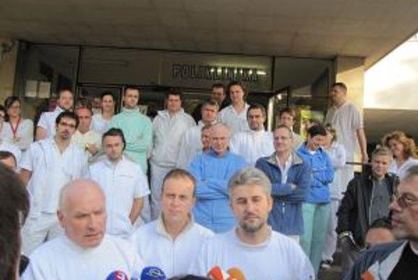 Lekári výpovede nestiahli, pacientov nemá kto uspať. Nemocnica chce oddnes zrušil plánované operácie. Žilinsý odborový predák Peter Blaško (vpravo dole hovorí, že o ďalšom postupe sa budú rozprávať dnes.