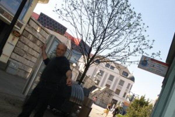 Nefunkčnú kameru odhalil M. Orieščik. Len pár metrov od nej ukradli z budovy odkvap.