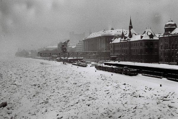 V roku 1956 po dlhotrvajúcich mrazoch zamrzol Dunaj. Hrúbka ľadu bola 1,8 metra a museli ho uvoľňovať aj leteckým bombardovaním, aby nestrhol piliere Starého mosta.