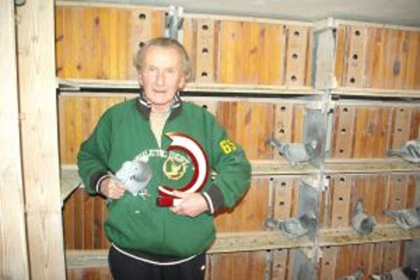 Jozef Rovnianek s víťaznou holubicou.