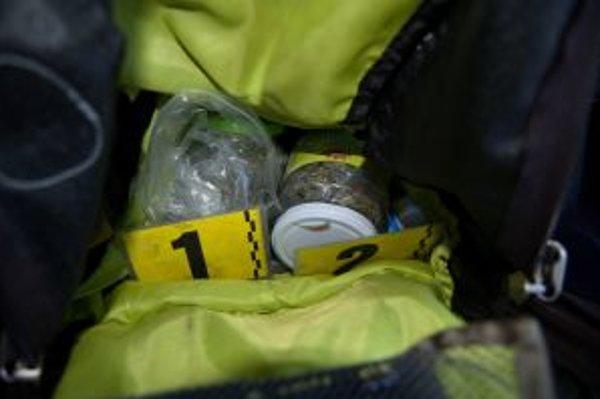 Devätnásťročný študend mal byť údajne dílerom drog. Svedčí o tom aj arzenál, ktorý mal pri sebe. Marihuana, LSD, kokaín...