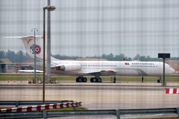 Lietadlo severokórejskej delegácie na letisku v Singapure.