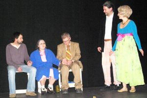 Petra hrá Peter Holiš (celkom vľavo), jeho kamaráta Muchu Marcel Pekár (vpravo), objekty Muchovho záujmu Zuzka Mlynárová. Petrovu mamu Aďa Smolková a otca Miro Jančo (obaja vstrede).