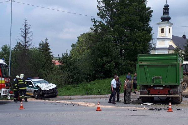 Policajné auto odhodilo po náraze mimo cesty.