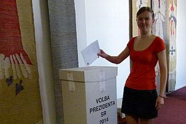 Predsedníčka komisie Petra Poláková dala svoj hlas kandidátovi ešte pred obedom.