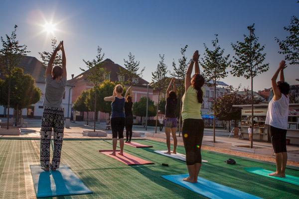 Aj joga sa cvičila na námestí.