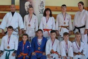 Horný rad zľava: Róbert Rác, bronzoví medailisti a Lucia Balašková. V dolnom rade zlatí medailisti.