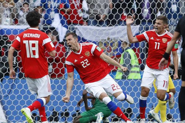 Ruský futbalista Arťom Dziuba (uprostred) strieľa gól na 3:0 v otváracom zápase 21. majstrovstiev sveta vo futbale.