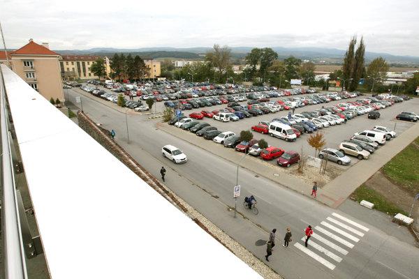 Takýto pohľad na parkovisko plné áut bude zanedlho minulosťou.