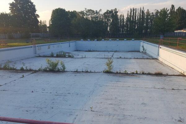Bazény aj celý areál kúpaliska chátra.