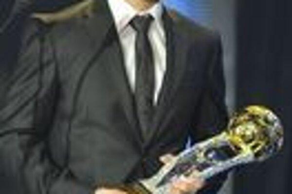 Viktor Pečovský si prebral cenu Najlepší futbalista Cogoň ligy.
