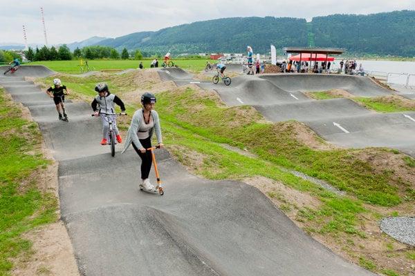 Prví návštevníci trate počas otvorenia Bike parku – PUMP-trackovej dráhy.