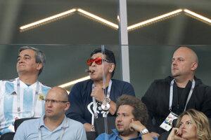 Na zápase sa objavila aj argentínska legenda Diego Maratona (uprostred)