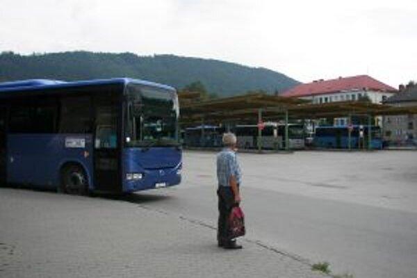 Po pol jedenástej večer sa už zo Žiliny autobusom domov nedostanú.